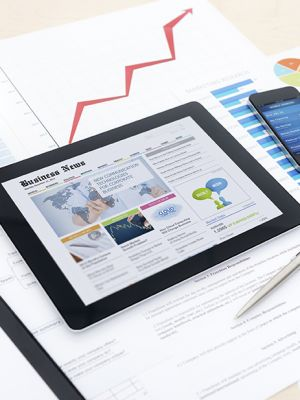 Tablet zeigt Business News an